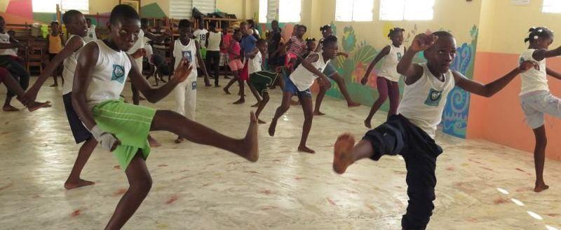 Des jeunes Haïtiens pendant une leçon de capoeira