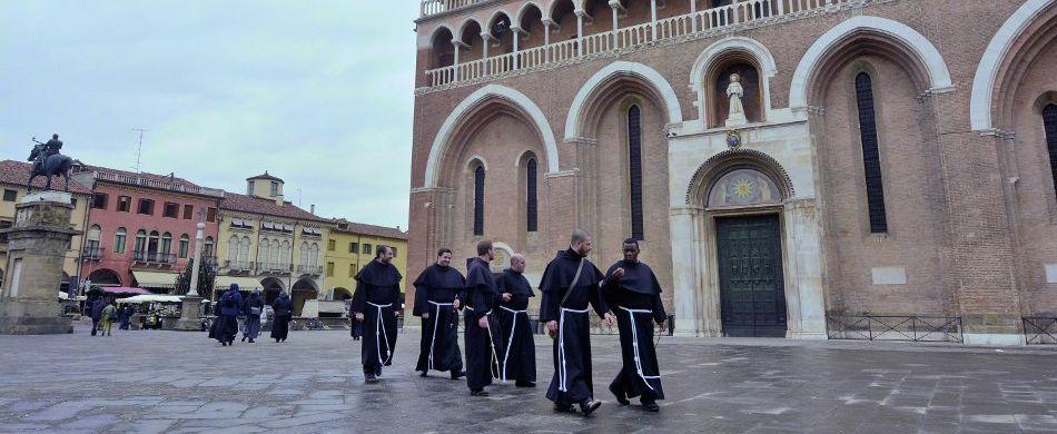 Des Frères Conventuels sur le parvis de la basilique Saint-Antoine à Padoue