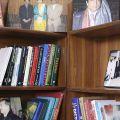 L'étagère de Shahbaz - À Islamabad, un groupe d'avocats de différentes religions aident gratuitement les pauvres qui ne peuvent se défendre. Ils savent qu'ils risquent leur vie, mais l'un d'entre eux, un musulman, m'a dit ne pas avoir peur car « Dieu est avec moi ».