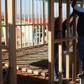 Les fondations de l'école sont en ciment et la structure porteuse est en bois.  -