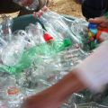 Pour construire une école verte, il y a besoin de 8 500 bouteilles en plastique.  -